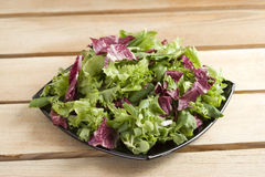 Salade op houten lijst Royalty-vrije Stock Foto's
