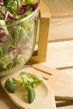 Salade op houten lijst Royalty-vrije Stock Afbeelding