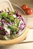 Salade op houten lijst Stock Foto's