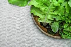 Salade op houten schotel op katoenen witte achtergrond Royalty-vrije Stock Foto's