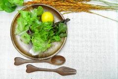 Salade op houten schotel op katoenen witte achtergrond Stock Foto's