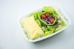 Salade op plastic doos stock fotografie