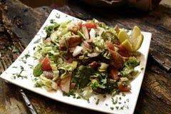 Salade op witte plaat stock foto's