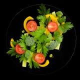 Salade organique d'un plat noir Photos libres de droits
