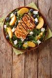 Salade organique de forme physique d'un blanc de poulet grillé avec des pêches Image libre de droits