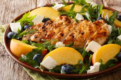 Salade organique de forme physique d'un blanc de poulet grillé avec des pêches Images stock