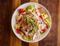 Salade organique de légume frais du plat blanc Photographie stock libre de droits