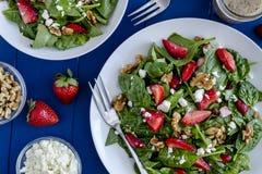 Salade organique fraîche d'épinards de fraise Images libres de droits