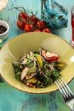 Salade organique fraîche de laitue avec les radis de noix et le paprika sur la table en bois bleue photo libre de droits