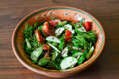 Salade in plaat op lijst Stock Afbeelding