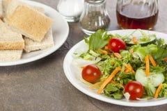 Salade plaquée et un plat des places de pain Photographie stock libre de droits