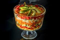 Salade posée assez colorée dans une cuvette en verre de bagatelle images stock