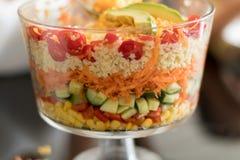 Salade posée assez colorée dans une cuvette en verre de bagatelle Photos libres de droits