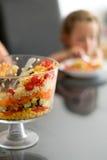 Salade posée dans une fille de verre de cuvette de bagatelle à l'arrière-plan photo stock
