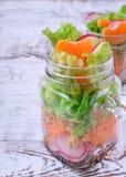 Salade pos?e dans un pot avec les mandarines, le radis, les feuilles de laitue, la carotte et le habillage photos stock