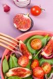Salade préparée fraîche de fruits et légumes avec la fourchette en bois, concept de mode de vie sain et nutrition photographie stock