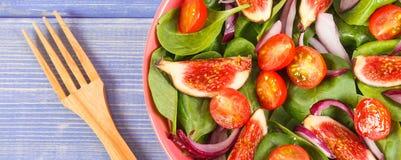 Salade préparée fraîche de fruits et légumes avec la fourchette en bois, le mode de vie sain et le concept de nutrition photo libre de droits
