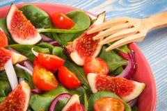 Salade préparée fraîche de fruits et légumes avec la fourchette en bois, le mode de vie sain et le concept de nutrition image libre de droits