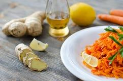 Salade râpée de carotte avec du gingembre et le citron Photo libre de droits