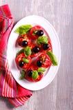 Salade rôtie de tomate avec les olives et le basilic Photo stock