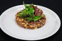 Salade rouge de quinoa avec de la laitue mélangée photographie stock