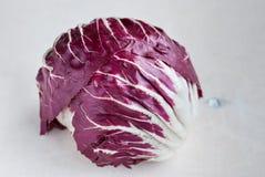 Salade rouge de Radicchio sur le fond en bois Plan rapproché Photographie stock libre de droits