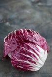 Salade rouge de Radicchio sur le fond en bois vertical Photo libre de droits
