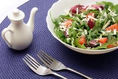 Salade roumaine avec les tomates-cerises et le fromage d'arugula photos libres de droits