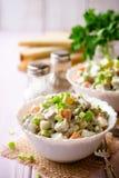 Salade russe traditionnelle Olivier dans des cuvettes sur la table en bois photos libres de droits