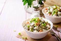 Salade russe traditionnelle Olivier dans des cuvettes sur la table en bois photographie stock libre de droits