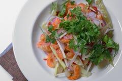 Salade sèche douce et aigre de crevette avec la coriandre et les conserves au vinaigre photo libre de droits