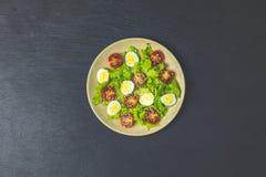 Salade saine avec de la laitue, oeufs de caille, tomates-cerises photo libre de droits