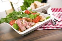 Salade saine avec du boeuf de rôti, arugula, figues, tomate image libre de droits