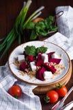 Salade saine avec l'orge de betterave et perlée, le cilantro et le fromage de brynza Photo stock