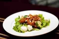Salade saine avec la crevette rose Photo libre de droits