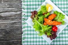 Salade saine avec les poissons saumonés grillés, vue supérieure Photo stock