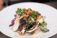 Salade saine de chou frisé avec le pancetta, la pomme, et les écrous image libre de droits