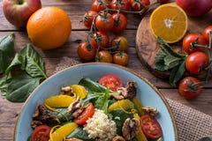 Salade saine de detox de fruits et légumes photographie stock