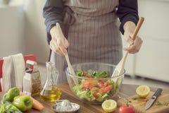 Salade saine de nutrition préparant le concept image libre de droits
