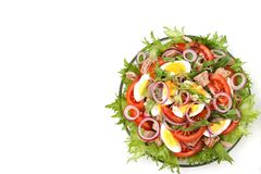 Salade saine de salade organique avec la conserve de thon, les tomates, les oeufs de poulet, l'arugula, l'oignon rouge et les mic photos stock