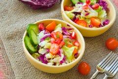 Salade saine de vacances dans des plats d'argile Photo stock