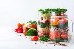 Salade saine de vegan dans un pot de maçon avec le quinoa Photographie stock libre de droits