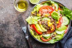 Salade saine fraîche avec le quinoa photo libre de droits