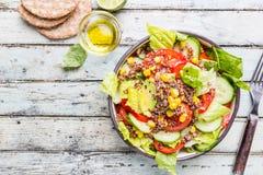 Salade saine fraîche avec le quinoa photographie stock