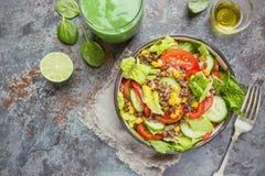 Salade saine fraîche avec le quinoa photos libres de droits