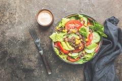 Salade saine fraîche avec le quinoa images libres de droits