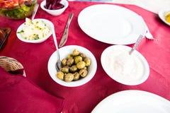 Salade saine fraîche sur la table avec une nappe de Bourgogne Photographie stock