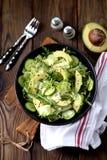 Salade saine organique d'iceberg, d'avocat et de concombre avec l'huile et les graines de sésame d'olive photographie stock libre de droits