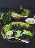 Salade saine verte de laitue avec la chaux photo stock