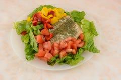 Salade saumonée avec de la laitue, des tomates et des paprikas Images libres de droits